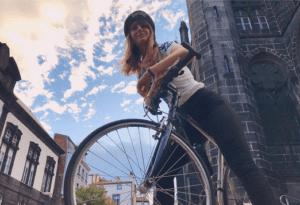 Camille court en vert vélo